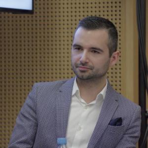 """Michał Mazur, dziennikarz, trendwatcher, założyciel i redaktor serwisu TrendNomad.com był moderatorem panelu """"Współcześni nomadzi"""". Fot. Piotr Waniorek."""