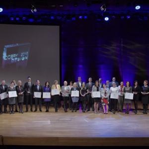 Ukoronowaniem imprezy była uroczysta gala wręczenia nagród w Konkursie Dobry Design 2016. Na zdjęciu wszyscy zwycięzcy i wyróżnieni. Fot. Piotr Waniorek.