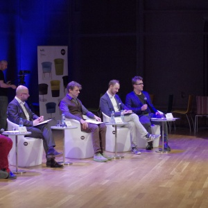 Sesja inauguracyjna rozpoczęła dyskusyjną część Forum Dobrego Designu. Prelegenci dyskutowali na tematy związane z projektowaniem w relacji do realiów rynkowych. Fot. Piotr Waniorek.