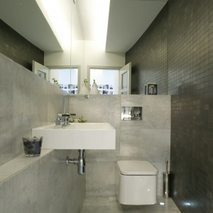 Łazienka dla goście z podświetlanym sufitem i podłogą. Powierzchnia: ok. 4 m². Projekt: Piotr Wełniak. Fot. Bartosz Jarosz.