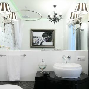 Dużo światła w tej małej łazience dają stylowe kinkiety i podświetlenie sufitu. Powierzchnia: ok. 4 m². Projekt: Małgorzata Galewska. Fot. Bartosz Jarosz.