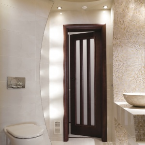 WC dla gości z oświetleniem ukrytym w podwieszanym suficie i niszach ścian.  Powierzchnia: ok. 4 m². Projekt: Marcin Brzostek. Fot. Bartosz Jarosz.