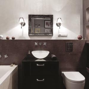 Mała łazienka z pięknymi kinkietami i podświetlonymi wnękami. Powierzchnia: ok. 5 m². Projekt: Joanna Nawrocka. Fot. Bartosz Jarosz.