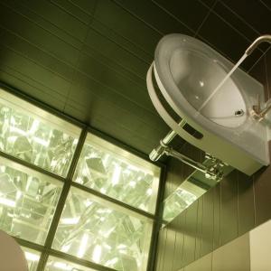 Oprócz zwykłego oświetlenia, WC ma podświetloną podłogę. Powierzchnia: ok. 2 m². Projekt: Paweł Sokół. Fot. Bartosz Jarosz.