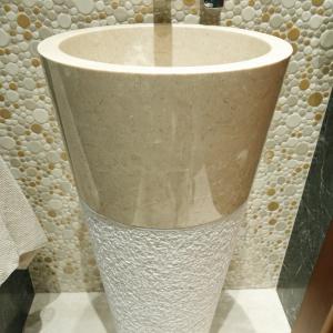 Ściana za umywalką z marmuru jest wykończona kamienną mozaiką. Fot. Bartosz Jarosz.