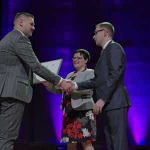 Wyróżnienie w kategorii otoczenie domu - dyplom odebrał Przemysław Czernek, regionalny dyrektor sprzedaży marki Bruk-Bet. Fot. Piotr Waniorek.
