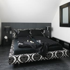 Bardzo eleganckie wnętrze. Łóżko tapicerowane dekoracyjną tkaniną nadaje mu styl. Projekt: Małgorzata Borzyszkowska. Fot. Bartosz Jarosz.
