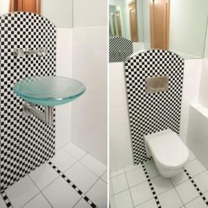 Lustra umieszczone naprzeciwko, tutaj nad umywalką i sedesem, dają efekt nieskończonej przestrzeni. Projekt: Anna Casciarri. Fot. Tomasz Markowski.