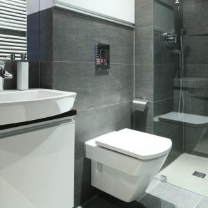 Brak brodzika, jasna podłoga, podwieszony sedes – taki zestaw zawsze powiększa wizualnie łazienkę. Projekt: Marta Dąbrowska. Fot. Bartosz Jarosz.