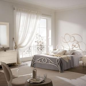 Wygodna sypialnia powinna być ładnie zaaranżowana. Łóżko o nietypowej, niezwykle dekoracyjnej ramie, w tym kontekście sprawdzi się doskonale. Fot. Heban.