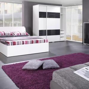 Biało-czarna sypialnia Iva nada wnętrzu wyjątkowy charakter. Łóżko dostępne jest w rozmiarze 160 cm. Fot. Jurek Meble.