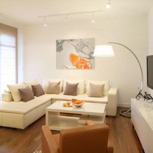 W nowoczesnym apartamencie duża lampa w skali makro stanowi ciekawy akcent dekoracyjny. Projekt: Małgorzata Galewska. Fot. Bartosz Jarosz.