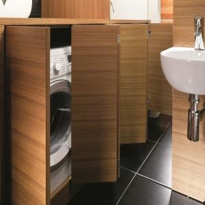W malutkiej łazience pralka została schowana w... toaletce. Projekt: Piotr Gierałtowski. Fot. Bartosz Jarosz.
