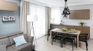 Za sprawą palety dobranych barw i przewijających się przez wnętrze motywów, mieszkanie śmiało może konkurować z gdyńskimi pejzażami, które je otaczają.
