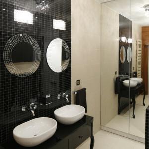 Ogromne lustro to jednocześnie drzwi bardzo dużej szafy łazienkowej. Projekt: Michał Mikołajczak. Fot. Bartosz Jarosz.