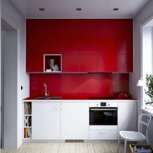 Długa, poprowadzona pod sam sufit górna zabudowa składa się aż z trzech rzędów szafek i jest dłuższa od dolnej. Aby nie przytłaczać aranżacji, wykonano ją w takim samym kolorze co ścianę nad blatem, co sprawia, że niemal się z nią stapia wizualnie. Fot. IKEA.