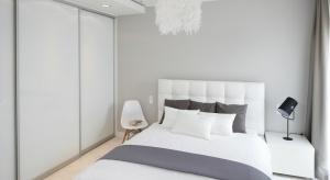 Biała sypialnia prezentuje czystość i świeżość. To miejsce do spokojnego wypoczynku, wyciszenia się po ciężkim dniu, ale również przestrzeń reprezentatywna.