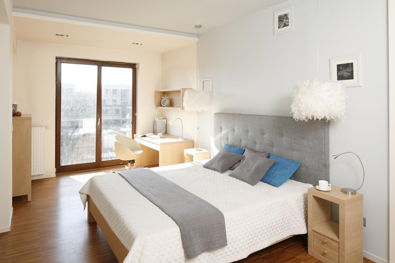 Sypialnia zainspirowana skandynawską stylistyką. Wnętrze jest jasne, przytulne i sprzyja odpoczywaniu. Projekt: Marta Kruk. Fot. Bartosz Jarosz.