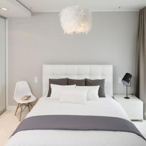 Sypialnia miała być przytulna i ciepła. Ten efekt uzyskano dzięki zastosowaniu wykładziny dywanowej na podłodze. Projekt: Małgorzata Galewska. Fot. Bartosz Jarosz.