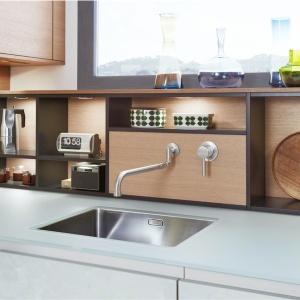 Ścianę nad blatem można wykorzystać do przechowywania podręcznych akcesoriów, z których korzystamy na co dzień. Fot. Leicht, kuchnia Concrete-C.