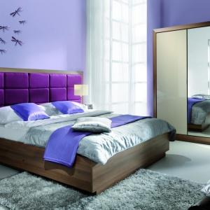 Zagłówek modelu Juliet jest duży i znacznie wystaje poza szerokość ramy łóżka. Moduły tapicerowane kolorową tkaniną tworzą dla łóżka ciekawe tło i ozdabiają znaczną ilość ściany. Fot. Meble Wajnert.