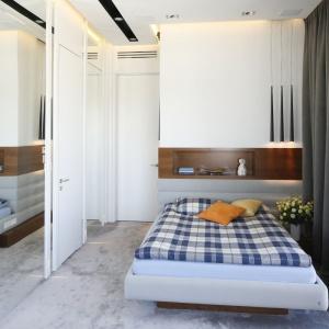 Wsypialni królują jasne kolory. Zastosowane materiały tworzą klimat nowoczesnej przytulności. Projekt: Monika i Adam Bronikowscy. Fot. Bartosz Jarosz.
