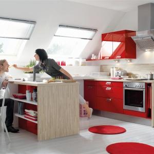 Dwa rzędy zabudowy, usytuowane prostopadle do ścianki kolankowej pozwalają na maksymalne wykorzystanie przestrzeni na poddaszu. Przy wysokiej ściance kolankowej, jej uskok przy połaci dachu możemy wykorzystać jako dodatkowa półkę, np. na podręczne akcesoria kuchenne. Fot. Nobilia.