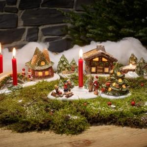 Stroik bożonarodzeniowy przyozdobiony porcelanowymi figurkami z oferty marki Villeroy&Boch. Fot. Villeroy&Boch.