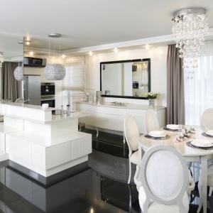 Salon płynnie łączy się z kuchnią i jadalnią. Całość ma bardzo reprezentacyjny charakter. Projekt: Katarzyna Uszok. Fot. Bartosz Jarosz.