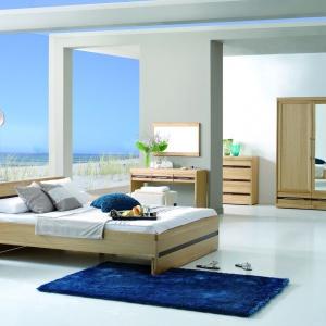 Sypialnia Volare jest nowoczesna, ale i bardzo przytulna. Naturalny dąb ozdobiono wstawkami w kolorze czekolady. Fot. Matkowski Meble.
