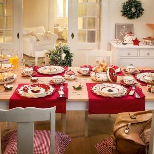 Czerwone tekstylia i biało-czerwona porcelana o fikuśnej formie (np. gwiazdy) ozdobiona świątecznymi wprawią każdego w świąteczny nastrój. Fot. Rossi.pl.