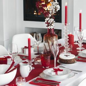 Biały obrus, czerwony bieżnik, biała porcelana, a do tego czerwone serwetki, świeczki, dekoracje. Połączenie czerwieni i bieli wspaniale prezentuje się na świątecznym stole. Fot. Amara.