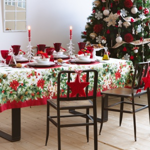 Czerwień jest wręcz stworzona do połączeń z zielenią i bielą. Obrus w takich barwach nie musi sam w sobie mieć świątecznych motywów w postaci nadruków lub haftów reniferów czy choinek. Sama kolorystyka wystarczy by wpisał się w świąteczną aranżację stołu. Fot. Zara Home.