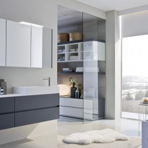 Drewno i biel, czyli to, czym warto się zainspirować w zimowym krajobrazie – wyposażenie łazienkowe Nyu by Aqua firmy Ideagroup. Fot. Ideagroup.