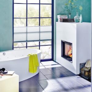 Pomysł na salon łazienkowy stworzony do wypoczynku – w aranżacji wykorzystano kominek firmy Brunner. Fot. Brunner.