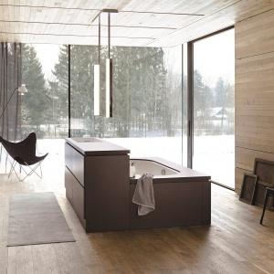 Stworzona do wypoczynku - łazienka z wanną połączoną z umywalką Be Yourself firmy Alape. Fot. Alape.