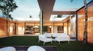 Dom Patio w kształcie litery C to projekt warszawskiej pracowni architektonicznej 81.waw.pl. Wyróżnia go ażurowa elewacja pokryta bluszczem oraz wewnętrzne zielone patio. Dwa poziome ramiona litery C stanowią część prywatną, natomiast pionowe to