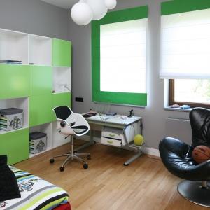 Pokój chłopca, utrzymany w spokojnej zielonej tonacji. Regał z mnóstwem półek i przegródek pozwala utrzymać porządek w pomieszczeniu. Projekt: Katarzyna Koszałka. Fot. Bartosz Jarosz.