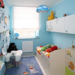 W malutkim pokoiku półki umieszczono wysoko nad łóżkiem, dzięki temu nie zabieramy cennego miejsca w niewielkim pomieszczeniu. Projekt: Anna Maria Sokołowska. Fot. Bartosz Jarosz.