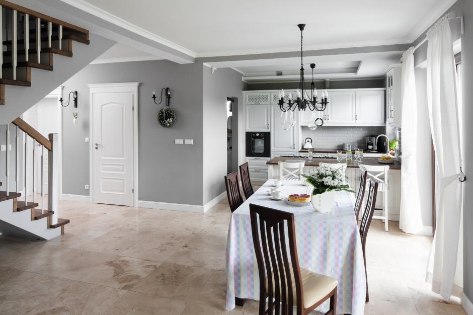 Przy stole w jadalni – po Kuchnia z jadalnią Zobaczcie gotowy projekt w  -> Projekt Domu Kuchnia Z Jadalnia
