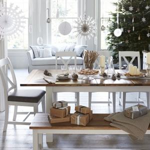 Skandynawski styl jest obecny wszędzie - może również zawitać na naszym stole. Wystarczy zrezygnować z tradycyjnego obrusu i zastąpić go np. bieżnikami lub serwetkami, eksponując drewniany mebel oraz postawić na jasne kolory i naturalne akcenty w postaci chociażby leśnych szyszek. Fot. Furniture Village.