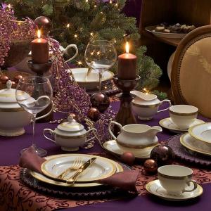Na świątecznym stole jest miejsce na różne kolory. Choć biel, czerwień, złoto i srebro są tymi najczęściej wybieranymi, elegancko może się prezentować również śliwkowy fiolet. Zwłaszcza jeśli ożywimy go elegancką porcelaną ze złotymi zdobieniami. Fot. Villa Italia.