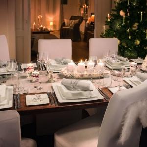 Biel i delikatne srebrne akcenty to bardzo elegancki, stonowany zestaw. Odrobinę fantazji dodają mu połyskujące śnieżynki zdobiące zastawę stołową. Fot. Villeroy&Boch.