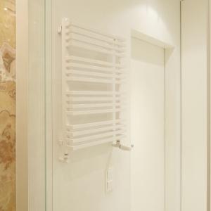 Na drabinkowym grzejniku wygodnie jest suszyć ręczniki. Fot. Bartosz Jarosz.