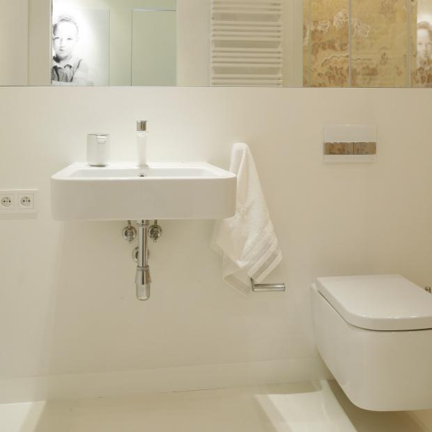 Jasna łazienka – projekt z szafkami do sufitu
