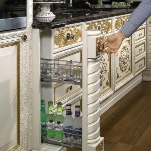 W pobliżu domowego baru przydaje się niewielkie cargo, np. na butelki z napojami czy przekąski. Można w nim też ustawić naczynia, by czekały przygotowane na wyjęcie w odpowiednim momencie przyjęcia. Na zdjęciu: cargo w meblach Belle Epoque firmy Arca. Szerokość przystosowana np. do butelek. Fot. Arca.