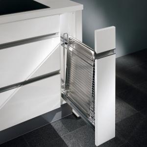 Bardzo wąskie carga umożliwiają wykorzystanie powierzchni kuchni co do centymetra. Aby wygodnie przechowywać np. blachy, potrzeba 15 cm. Na zdjęciu: cargo w meblach firmy Nobilia. Przeznaczone na blachy i deski. Fot. Nobilia.