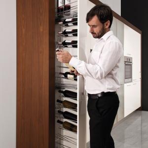 Wąskie i wysokie cargo jest świetnym miejscem na przechowywanie wina. Butelki najwygodniej układać na specjalnych stelażach. Na zdjęciu: cargo Cristallo marki WFM Kuchnie. Fot. WFM Kuchnie.
