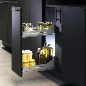 Gdy cargo jest przeznaczone na ciężkie przedmioty, np. butelki z oliwą i napojami, trzeba dopasować model o odpowiednim udźwigu. Antypoślizgowe dno zapobiega przesuwaniu się zawartości podczas otwierania i zamykania wyciągu. Na zdjęciu: wyciąg Snello firmy Peka; wytrzymuje obciążenie do 15 lub 30 kg. Fot. Peka.