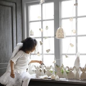 Ozdoba do oświetlenia z kolekcji Strala w kształcie szyszek wykonane z białej koronki. Fot. IKEA.